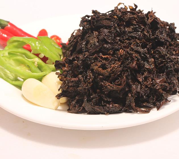 用梅菜干制作出来的梅菜扣肉特点在于颜色酱红油亮